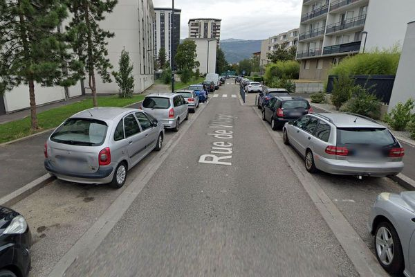 L'accident s'est produit Rue du village à Grenoble.