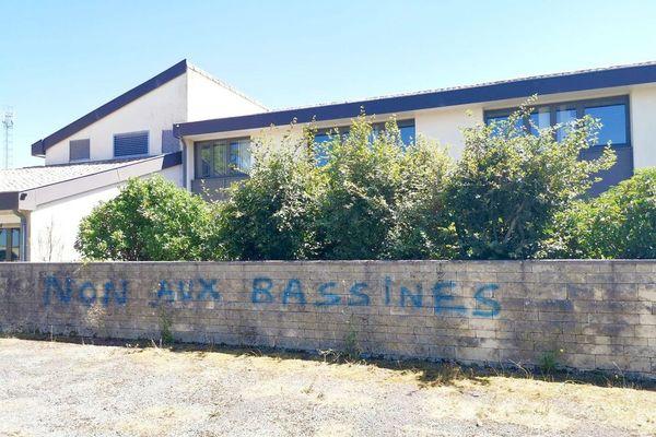 Le tag anti-bassines est apparu ce week-end des 25 et 26 juillet sur un mur de la Chambre d'Agriculture 79 à Vouillé.