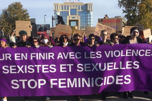 Beaucoup de monde place de l'Europe à Montpellier, samedi 23 novembre, pour la marche organisée contre les violences sexistes et sexuelles