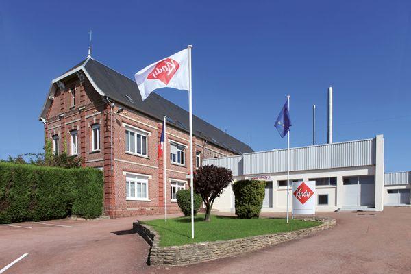 Située rue des Bonnetiers à Moliens, dans l'Oise, l'usine en briques abrite depuis 1966 la marque Kindy.