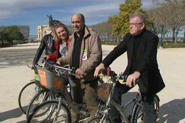 Jean-Pierre Moure et ses co-listiers verts à vélo.
