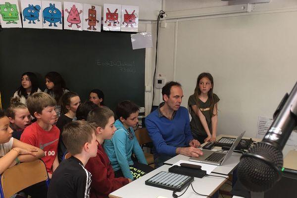 Pierre Badaroux et les élèves de CM1-CM2 de l'école du Château à Cognin près de Chambéry