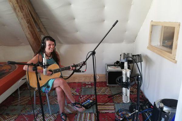 La chanteuse a enregistré son album au studio Phoebus à Maîche.