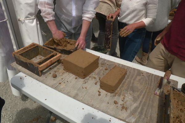 Démonstration de fabrication de briques en terre crue