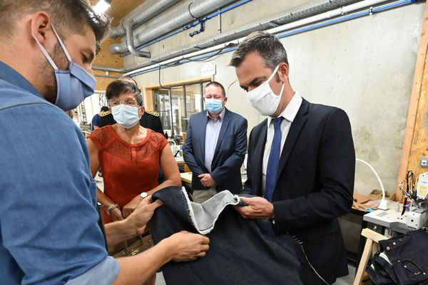 Florac - Olivier Véran s'est rendu dans un atelier qui est passé de la confection de jeans à la confection de masques pendant le confinement - 21.08.20