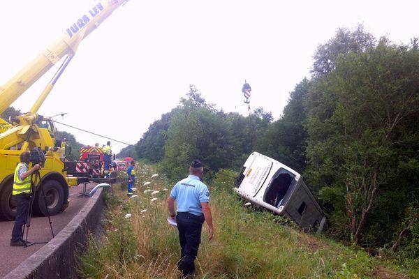 Le car britannique s'est couché sur le bas côté de l'autoroute A39 dans le Jura