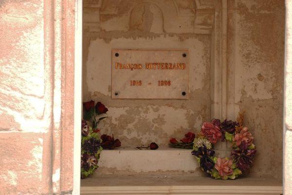 La sépulture de François Mitterrand au cimetière de Jarnac (Charente)