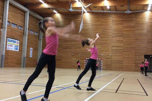 A 11 ans, Lilys et Eleniss sont de vraies mordues, elles pratiquent le twirling-bâton depuis l'âge de 4 ans !
