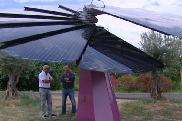 Les douze panneaux photovoltaïques de la Smartflower s'adaptent en permanence à l'inclinaison des rayons du soleil.