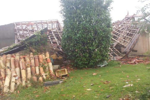 Le toit d'un hangar effondré