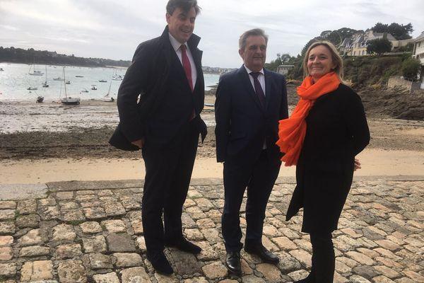 Gilles Lurton au centre, accompagné par Anne Le Gagne et Jean-Virgile Crance se présente pour les élections municipales