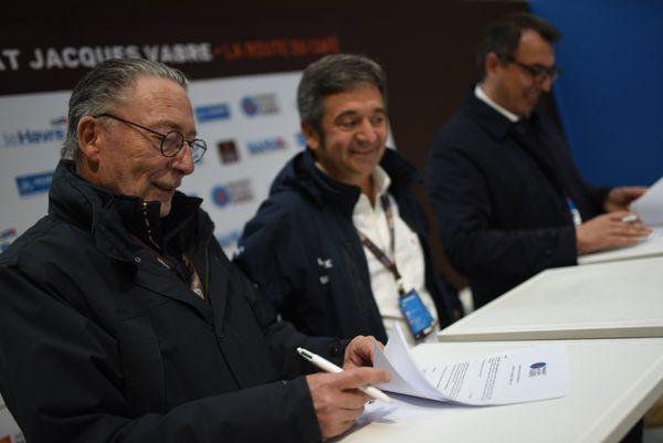 Stéphane Gaillard, directeur de France 3 Normandie signe la convention entre France Télévisions et l'association de la Transat Jacques Vabre.