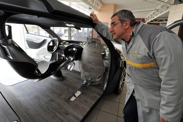 Un salarié de Renault Maubeuge en plein travail en 2012.