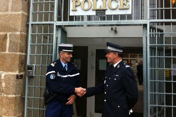 La passation de pouvoir entre le commandant Urvoas (police) et le commandant Catroux (gendarmerie).