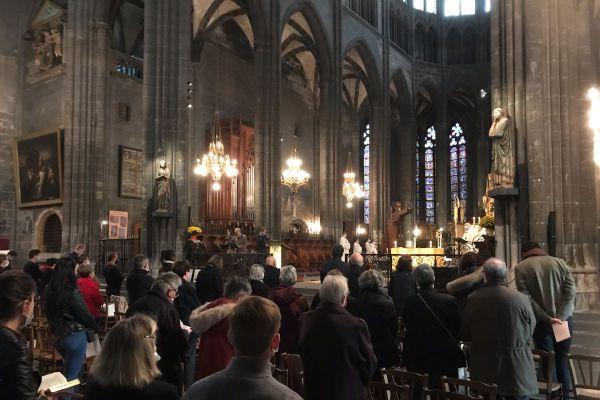 Dimanche 1er novembre, la cathédrale de Clermont-Ferrand, dans le Puy-de-Dôme accueillait près de 400 fidèles. Une dernière célébration avant quatre semaines de suspension. Une messe particulière dans ce contexte de confinement et d'attentats.