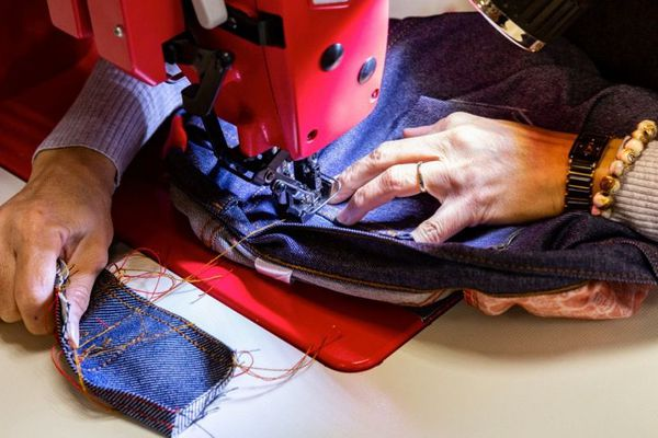 1083 a déjà produit 200 000 jeans. La société romanaise fabrique aussi des jupes, des T-shirts en coton issus de toiles recyclées