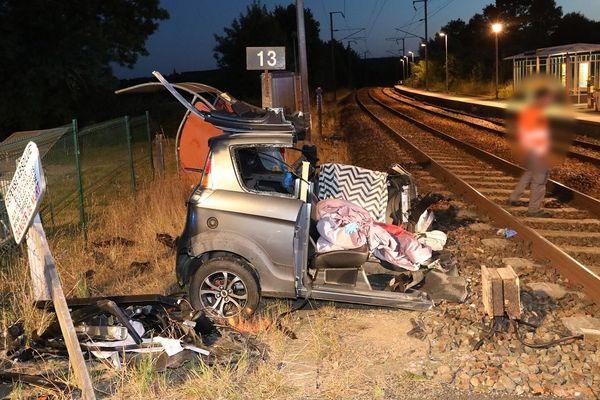 La voiturette a été coupée en deux après avoir été percutée par un TGV. Sa conductrice s'en sort miraculeusement malgré des blessures.