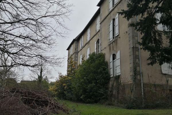 Des demandeurs d'asile se sont installés dans cette grande bâtisse avenue du Général Leclerc à Rennes et aimeraient pouvoir y rester le temps de trouver une autre solution d'hébergement