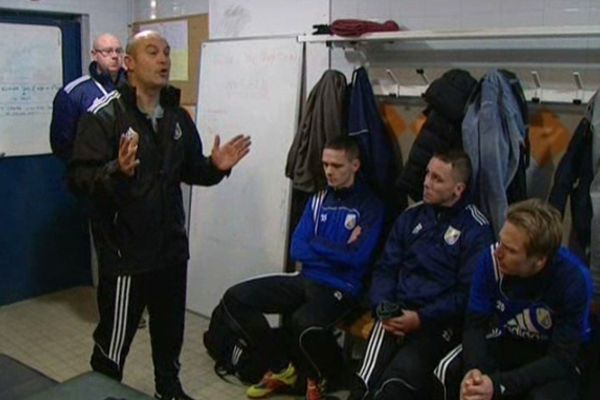 L'entraîneur d'Armentières, Thierry Villain, motive ses troupes avant le derby contre Lens.