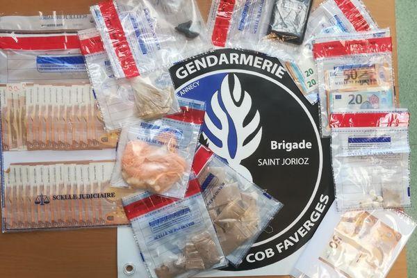 Une centaine de grammes d'héroïne et de cocaïne saisis par la gendarmerie d'Annecy ainsi que 3.000 euros en liquide