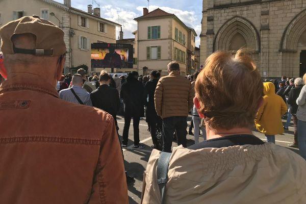 Près d'un millier de personnes se sont rendues aux obsèques de Victorine Dartois, selon la police.