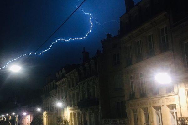 Un éclair traverse le ciel de Bordeaux.