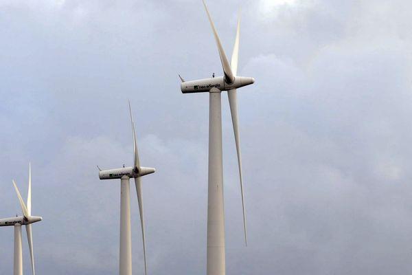 Le schéma régional breton prévoyait l'implantation, d'ici à 2020, sur le territoire breton, de 2.500 éoliennes pour atteindre une production de 2.500 mégawatts,  soit environ un dixième de la consommation annuelle d'électricité dans la région.
