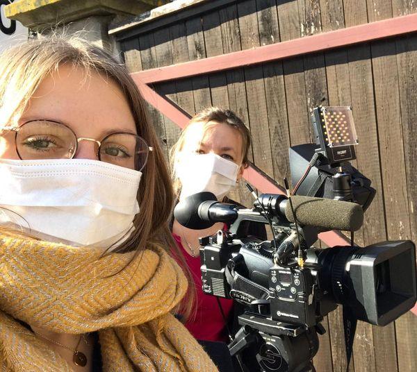 Masques, gants, lingettes désinfectantes, cellophane pour protéger les micros, Noémie et Carine comme les autres journalistes sur le terrain prennent toutes les précautions possibles.