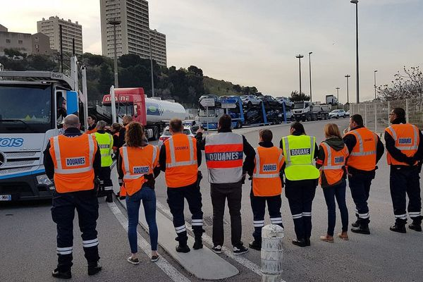 Les douaniers ont ralenti le trafic routier ce matin.