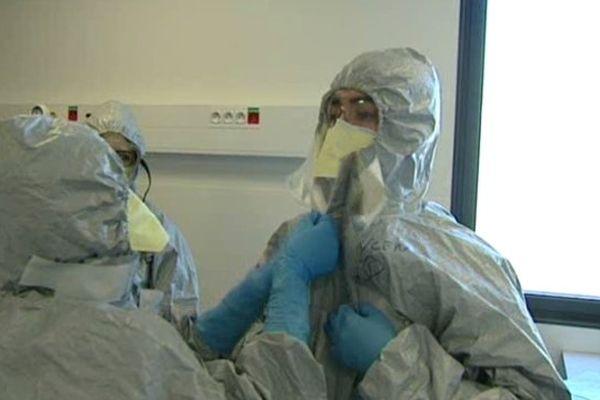 L'habillage et le déshabillage sont les 2 phases critiques de la contamination par le virus Ebola