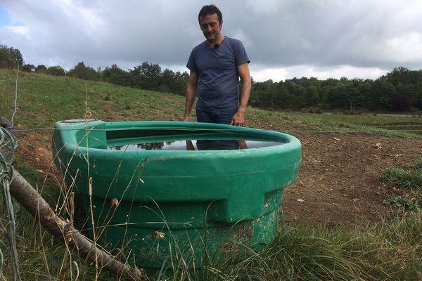 Pour éviter que ses vaches ne boivent dans les ruisseaux et se contaminent, Didier Goursat a installé des points d'eau à plus de 70 cm de hauteur, inaccessibles pour les blaireaux.