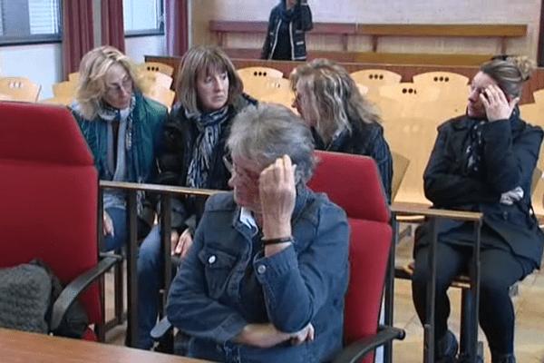 Jacqueline Sauvage et ses filles dans la salle de Cour d'Assises du Loiret