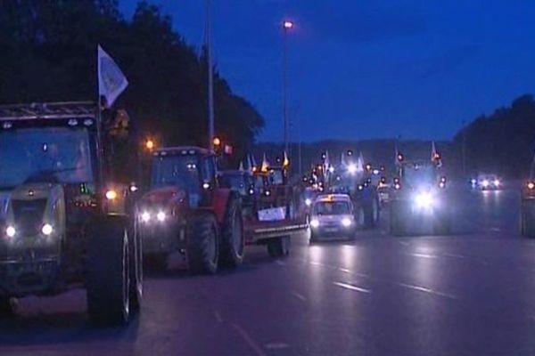 Trois cent tracteurs sont partis du parc des expositions de Chartres cette nuit , pour arriver au point du jour avec d'autres convois au péage de Saint-Arnoult dans les Yvelines. Soit 600 véhicules au total provoquant un beau  bouchon à la sortie du péage de l'A10.