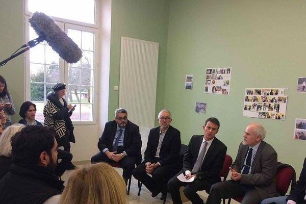 Le 10 janvier 2017 Manuel Valls, en campagne pour la primaire de la gauche, a souhaité se rendre au Centre d'Accueil et d'Orientation pour les migrants de Pessat-Villeneuve (Puy-de-Dôme).