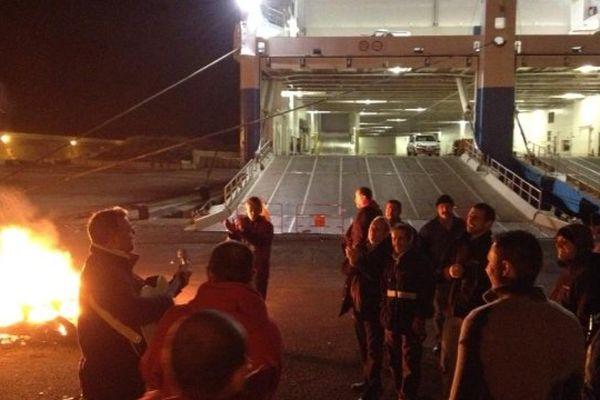 02/01/2014 - Des marins grévistes organisent un piquet de grève devant le Piana, cargo-mixte de la Méridionale, bloqué dans le port de Marseille