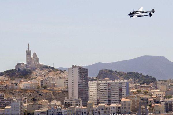 Un avion Lightning P38 survole Notre-Dame-de-la-Garde lors d'une cérémonie commémorant le 65e anniversaire de la disparition de Saint-Exupéry, le 31 juillet 2009 à Marseille.