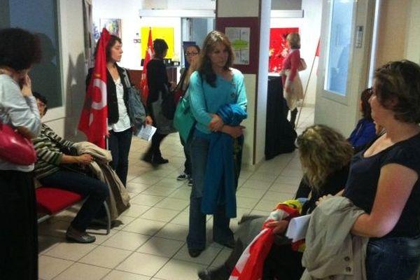 Les personnels attendent la sortie de la délégation reçue par la responsable de l'ARS.