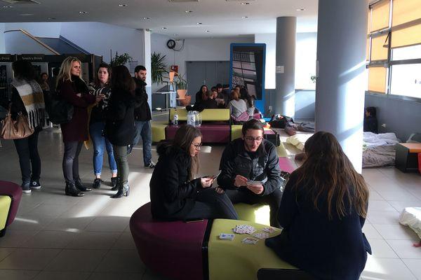 Onze étudiants ont entamés une grève de la faim dans le hall de la faculté de droit.