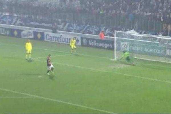 Hélas pour le FC Metz, le gardien brestois est parti du bon côté et arrête le tir.