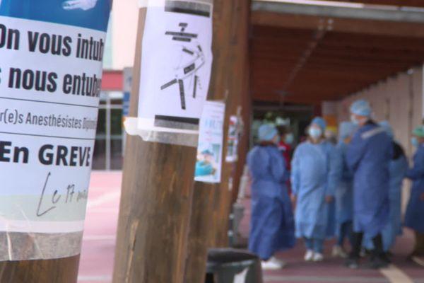 """""""On vous intube, ils nous entubent"""" indique l'une des affiches des infirmiers de bloc opératoire manifestant à Rodez. 25 mai 2021."""