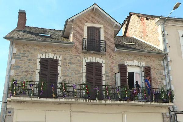 Les équipes municipales ont accroché des fleurs aux balcons, mercredi 9 juin 2021.