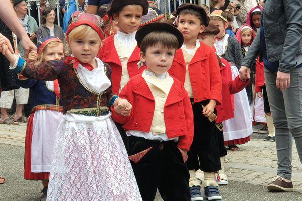 Deux petits ossalois costumés pour les fêtes de Notre-Dame à Laruns, jeudi 15 août.