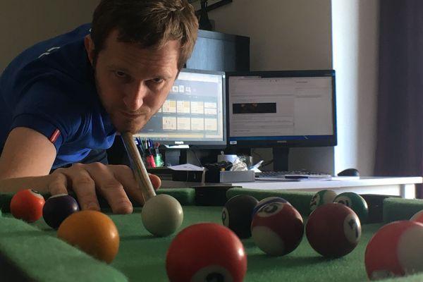 C'est important de s'entraîner, même si ce mini-billard est 16 fois plus petit que mon snooker traditionnel.