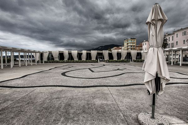 La place devant le Musée Jean-Cocteau, vidée de ses touristes et habitants à cause du confinement.