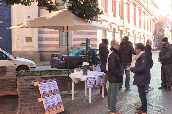 """A Albi le collectif SOS Papa du Tarn a manifesté devant la préfecture du Tarn pour réclamer """"l'équité parentale""""."""