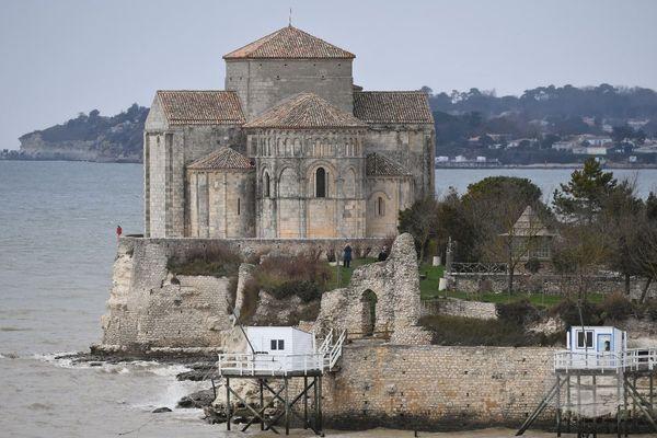 La falaise sous les remparts de Talmont-sur-Gironde est grignoté par l'érosion.