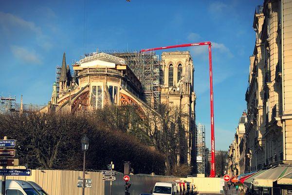 Les nacelles louées par l'entreprise côte-d'orienne permettent aux experts d'accéder à toutes les zones de la cathédrale même les plus inaccessibles.