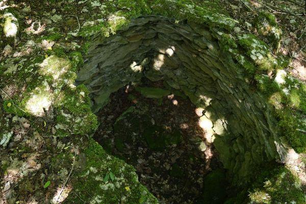 Une des cabanes des Aubues Mérain sur le circuit des meurgers, à Noyers-sur-Serein dans l'Yonne