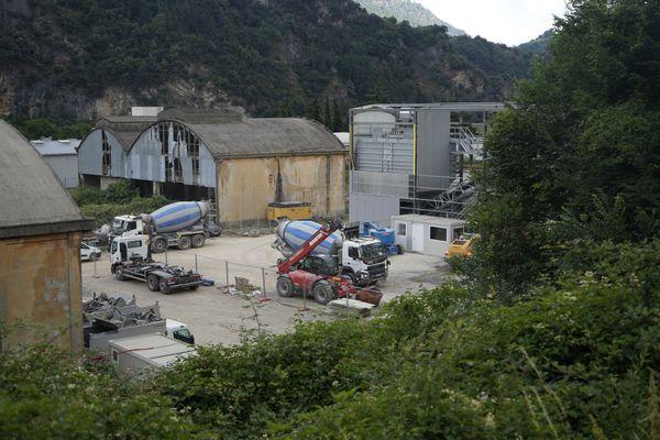 Derrière la gare de Breil-sur-Roya, une centrale à béton a été installée pour alimenter les chantiers de reconstruction dans la vallée de la Roya.