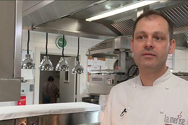 Cédric Deckert, le chef de la Merise, dans sa cuisine.